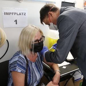 In Köln-Mülheim impft der SPD-Politiker Karl Lauterbach eine Frau im mobilen Impfzentrum.