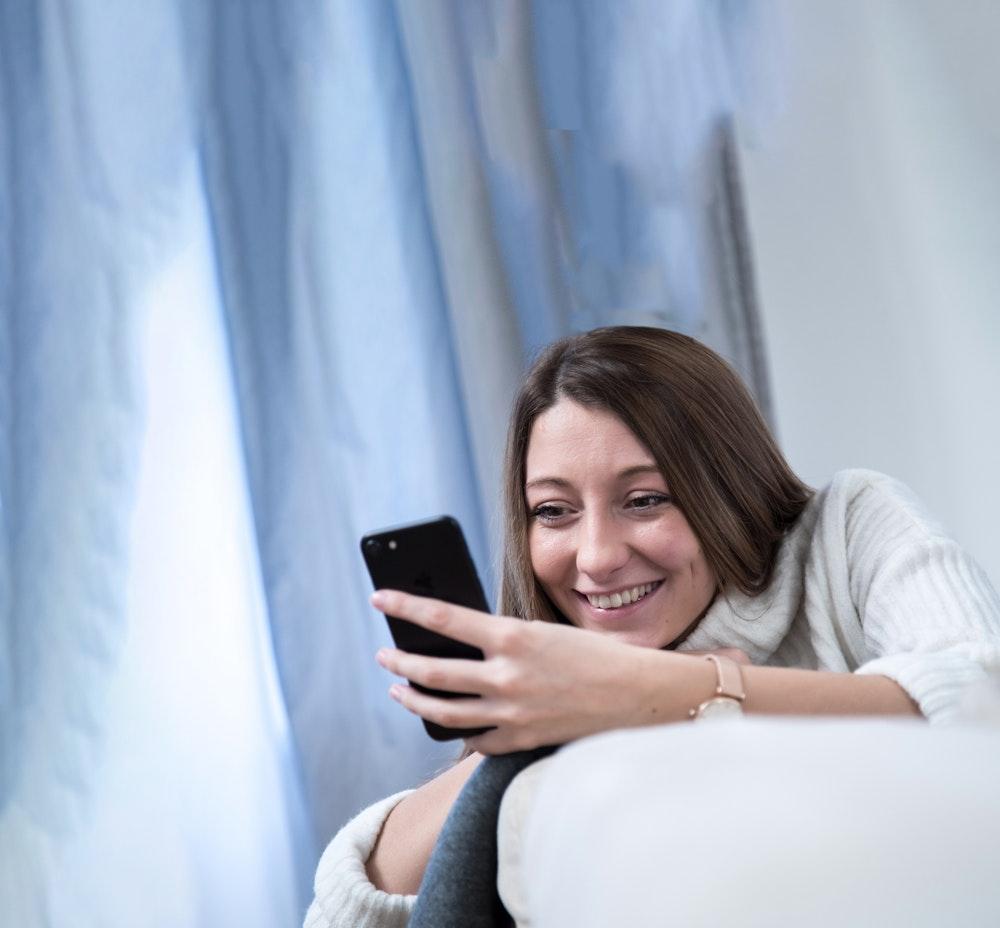 ILLUSTRATION - Zum Themendienst-Bericht von Suria Reiche vom 29. Januar 2021: Beim Online-Dating werden schnell Erwartungen an potenzielle Partner geweckt, die der Realität nicht immer Stand halten. Foto: Christin Klose/dpa-tmn - Honorarfrei nur für Bezieher des dpa-Themendienstes +++ dpa-Themendienst +++