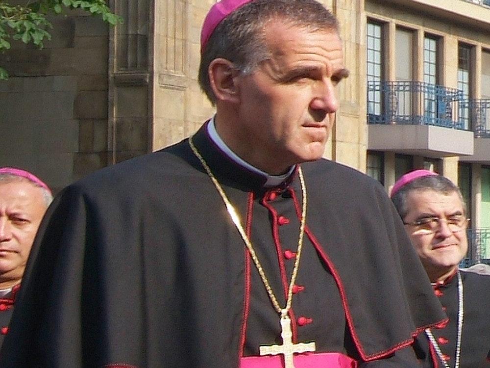 Weihbischof Johannes Bündgens inmitten anderer Geistlicher