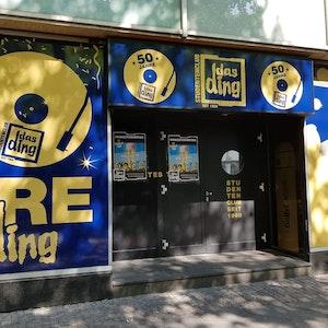"""Auf dem Foto ist die geschlossene Tür des Kölner Studentenclubs """"Das Ding"""" zu sehen."""