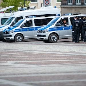 Polizisten und Polizeiautos stehen auf dem Friedensplatz in Dortmund.