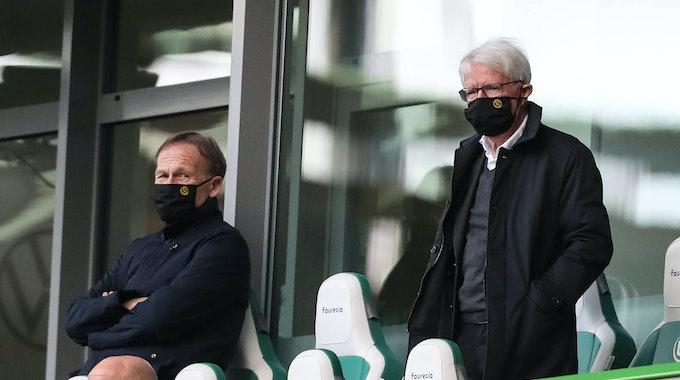Hans-Joachim Watzke und Reinhard Rauball stehen auf der Tribüne beim Bundesliga-Spiel von Borussia Dortmund beim VfL Wolfsburg.