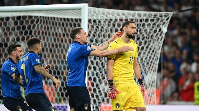 Die italienischen Spieler springen auf Gianluigi Donnarumma zu.