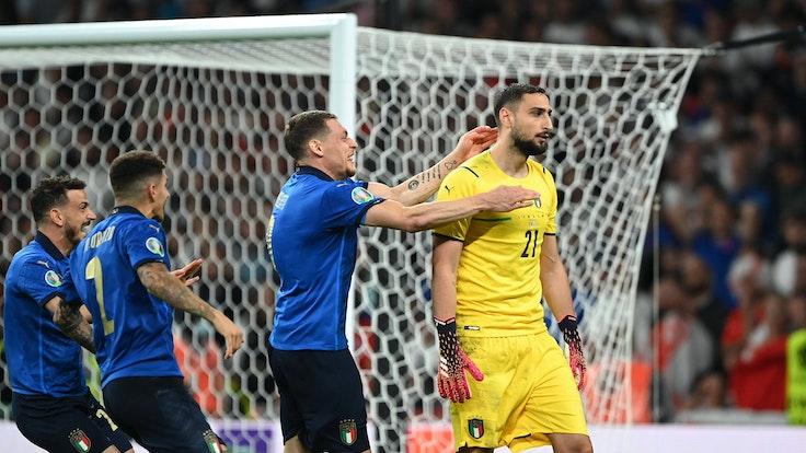 I giocatori italiani saltano verso Gianluigi Donnaramma.