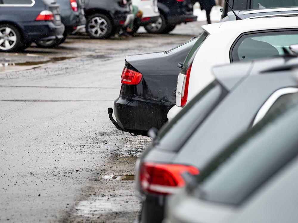 Autos stehen im März 2021 auf einem Parkplatz am Oderteich im Nationalpark Harz nebeneinander.