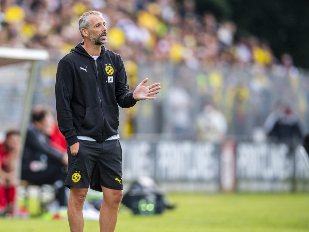 Borussia Dortmunds Trainer Marco Rose gibt Anweisungen beim Testspiel in Gießen.