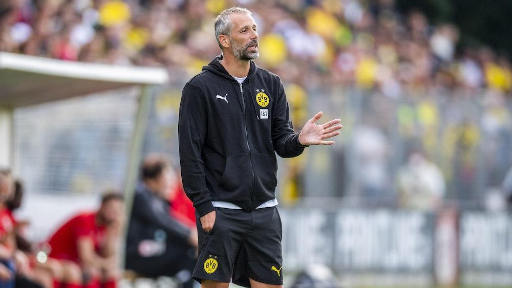 Dortmunds Trainer Marco Rose gibt Anweisungen im Testspiel beim FC Gießen.