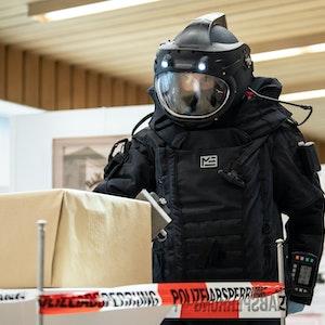 Ein Mitarbeiter der Technischen Sondergruppe (TSG) des Bayerischen Landeskriminalamtes (LKA) in einem Bombenschutzanzug.
