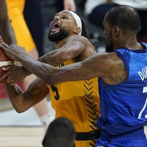 NBA-Star Patty Mills von den San Antonio Spurs wird beim Testspiel zwischen Australien und den USA von Kevin Durant von den Brooklyn Nets gefoult.