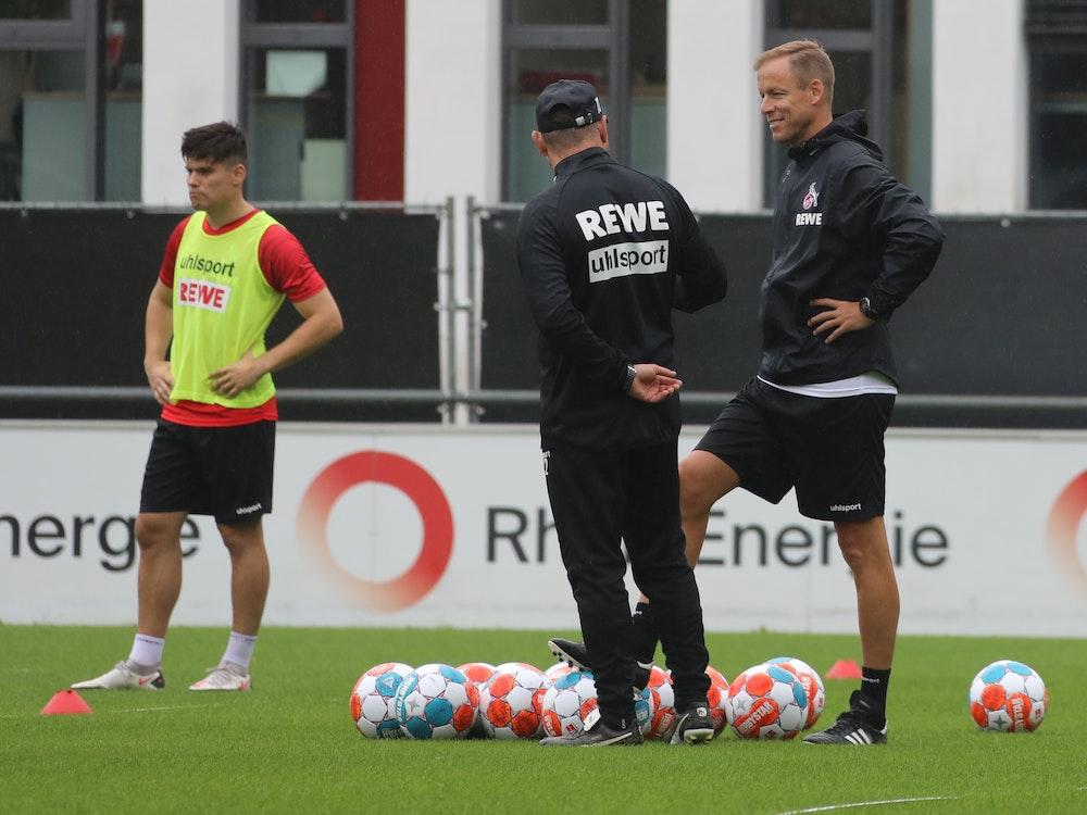 Kevin McKenna und Steffen Baumgart stehen beim 1. FC Köln auf dem Trainingsplatz.