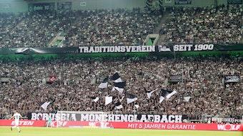Die volle Nordkurve im Borussia-Park beim Bundesliga-Spiel zwischen Borussia Moönchengladbach und RB Leipzig am 30.08.2019.