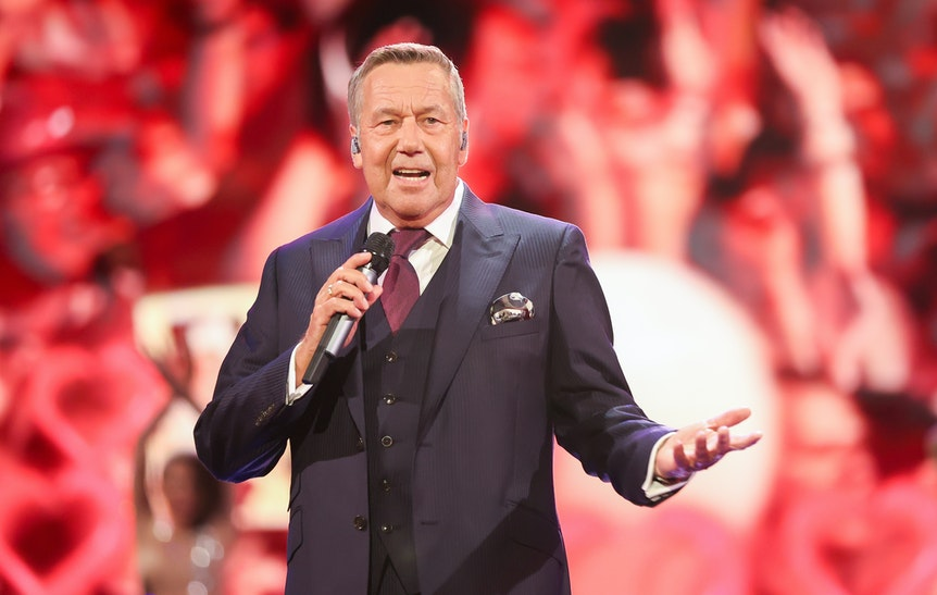 """Der deutsche Sänger Roland Kaiser singt am 6. August 2020 in seiner Show mit dem Titel """"Liebe kann uns retten""""."""