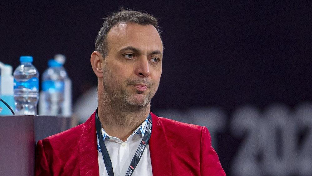 Bob Hanning vom Deutschen Handball-Bund lehnt vor dem Spiel der Handball-WM zwischen Deutschland und Polen an einer Bande.