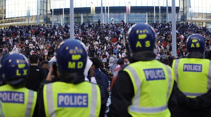 Polizisten beobachten die Fans vor dem Wembley-Stadion.