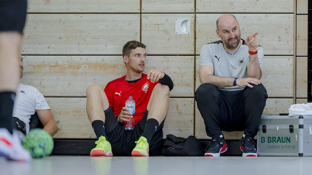 Co-Trainer Erik Wudtke vom Deutschen Handball-Bund im Gespräch mit Nationalspieler Hendrik Pekeler von THW Kiel.