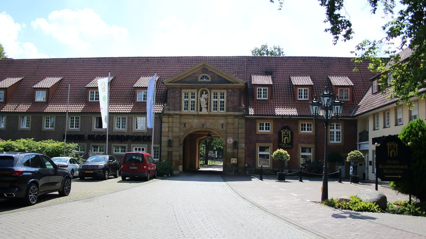 Haupteingang des Hotels Klosterpforte in Harsewinkel-Marienfeld, wo die Fohlen 2020 und 2021 ihr Trainingslager bezogen haben.