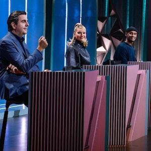"""Shirin David (Mitte) sitzt an einem Ratepult neben Bastian Pastewka (links) und Teddy Teclebrhan in der ProSieben-Show: Die Rapperin blamierte sich reichlich bei """"Wer stiehlt mir die Show?""""."""