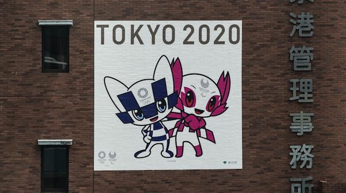 Ein Banner für die Olympischen Spiele in Tokio