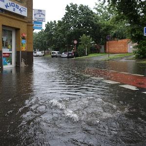 An der Ecke Subbelrather Straße und Teichstraße steht das Wasser auf der Straße und läuft in die Keller.