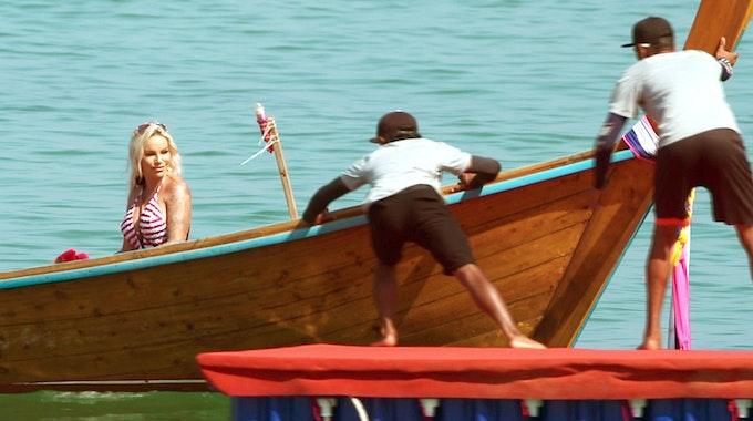 Gina-Lisa Lohfink erreicht in einem Boot den Strand