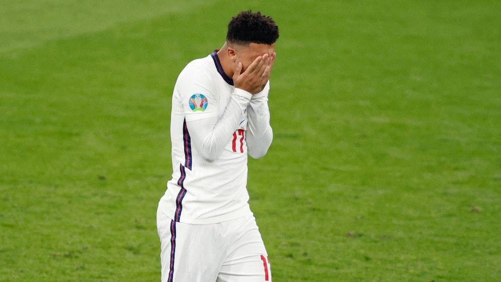 Jadon Sancho hält sich nach seinem verschossenen Elfmeter im EM-Finale zwischen England und Italien am 11. Juli die Hände vors Gesicht.