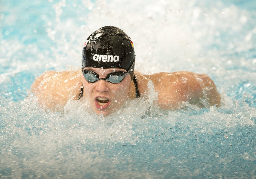 Schwimmerin Marie Pietruschka in Aktion