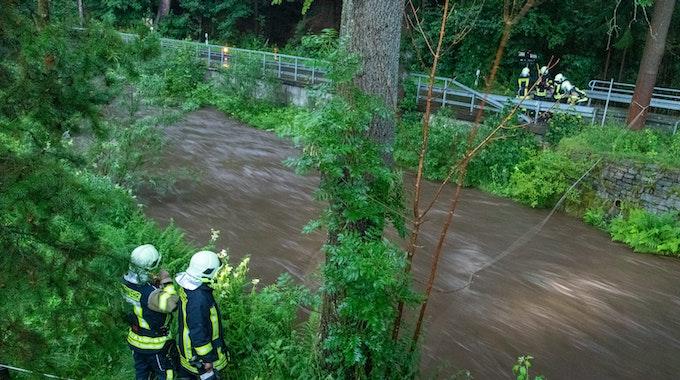 Schweres Unwetter auch in Sachsen: Feuerwehrleute suchen am Steinbach nach einer vermissten Person. Eine Sturzflut hatte bei einem Unwetter im sächsischen Jöhstadt (Erzgebirgskreis) einen Menschen mit sich gerissen.