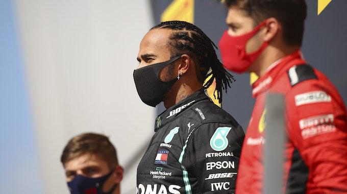 Mercedes-Pilot Lewis Hamilton steht mit Max Verstappen und Charles Leclerc nach dem Großen Preis von Großbritannien 2020 in Silverstone auf dem Siegerpodest.