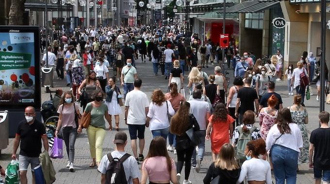 Menschen beim Bummeln in der Schildergasse. Foto: Martina Goyert