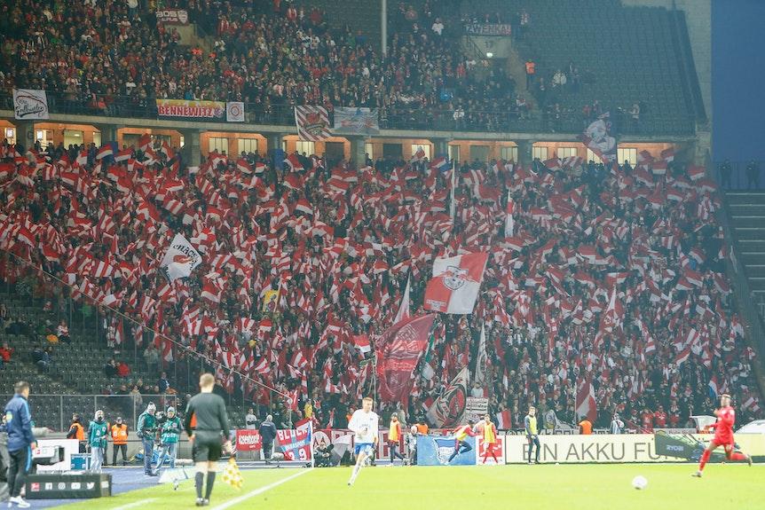 RB-Fans bei einem Spiel bei Hertha BSC Berlin im Jahr 2019 - kurz vor Ausbruch der Corona-Pandemie.