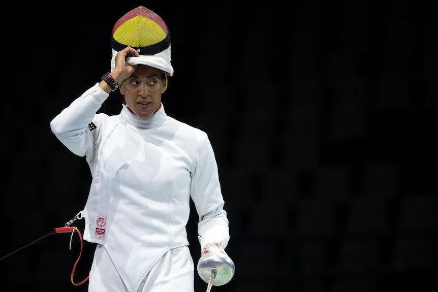 Alexandra Ndolo macht ihren Helm nach oben