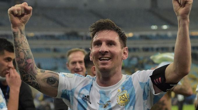Lionel Messi feiert den Gewinn der Copa America vor den Kameras.