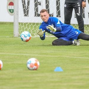 Torhüter Markus Schubert vom FC Schalke 04 pariert einen Ball im Trainingslager im österreichischen Mittersill.