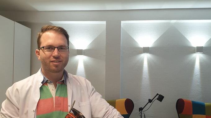 Dr. Ludwig Klasen mit Hammer und Rohrzange