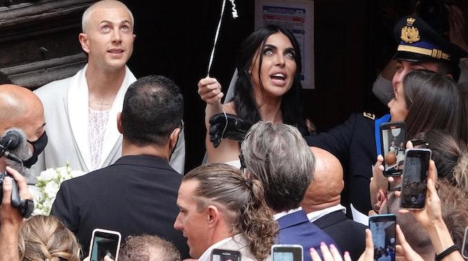 Der italienische Nationalspieler Federico Bernardeschi und seine Frau Veronica kommen an ihrem Hochzeitstag aus der Kathedrale in Carrara.