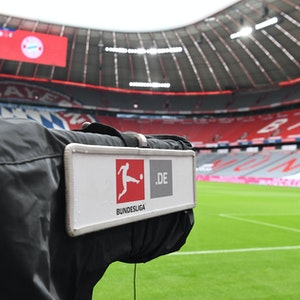 Eine TV-Kamera steht im Juni 2020 in der menschenleeren Allianz-Arena in München.