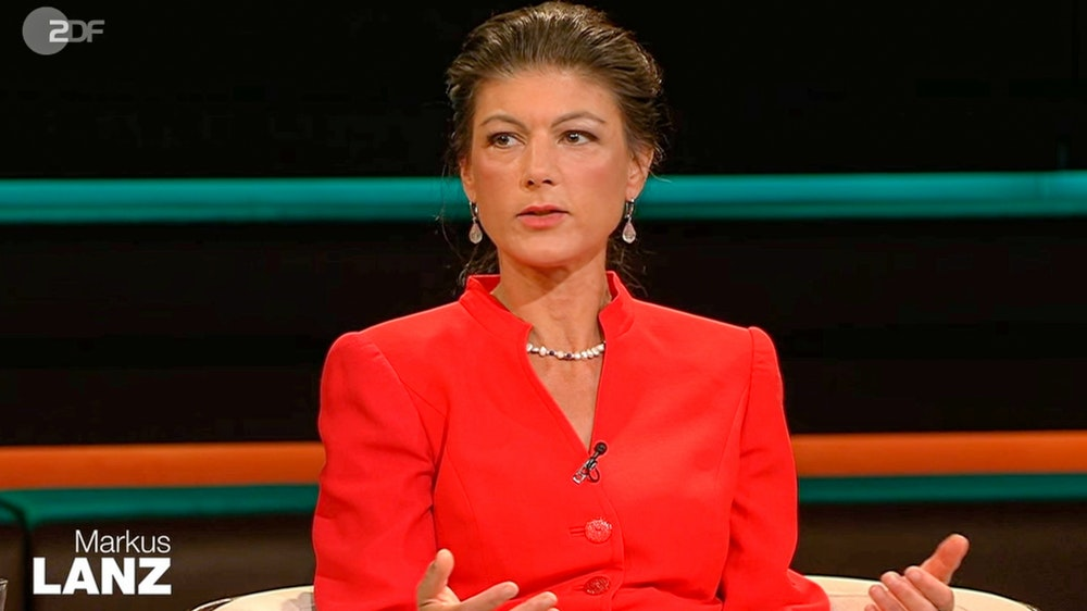 """Linken-Politikerin Sahra Wagenknecht war am Dienstag (13. Juli) zu Gast bei """"Markus Lanz"""" (ZDF). In einem knallroten Kostüm kritisierte sie auch Karl Lauterbach."""