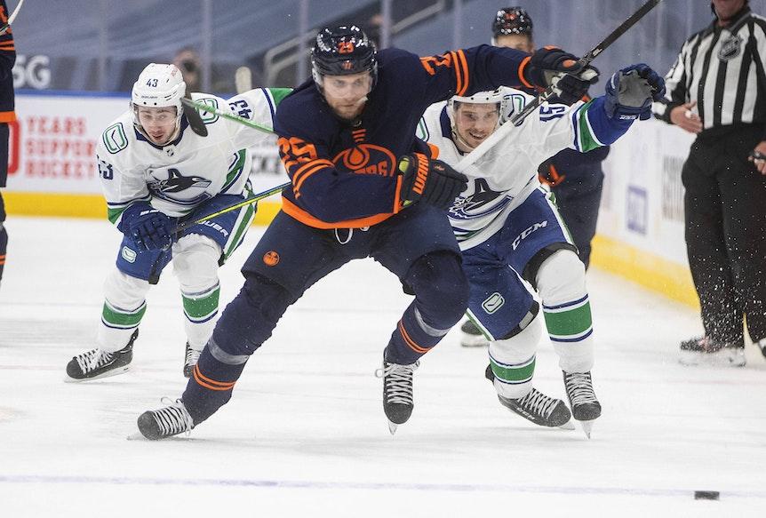 Leon Draisaitl im Spiel gegen die Vancouver Canucks auf dem Eis