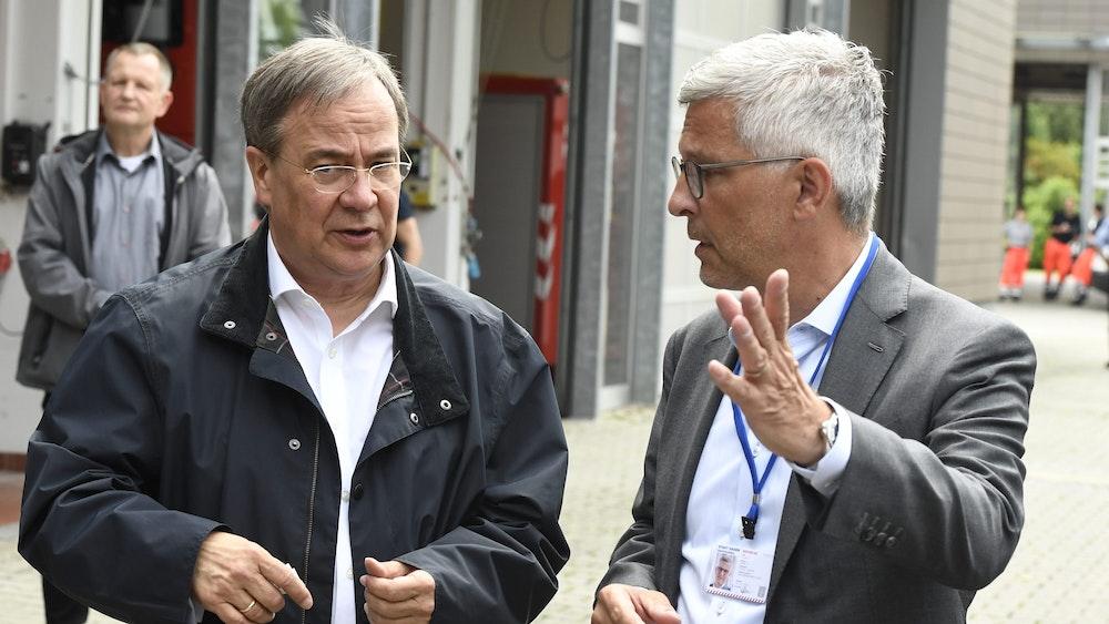 Der nordrhein-westfälische Ministerpräsident Armin Laschet (CDU, l.) unterrichtet zusammen mit dem Hagener Oberbürgermeister Erik O. Schulz die Medien, nachdem er sich am Donnerstag (15. Juli) ein Bild von der Lage in der Stadt gemacht hat.