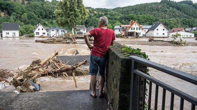 Ein Mann blickt in Insul (Rheinland-Pfalz) zu seinem Elternhaus auf der anderen Flussseite hinüber.