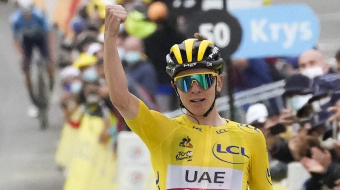 Tadej Pogacar jubelt im Ziel über seinen Etappensieg bei der Tour de France
