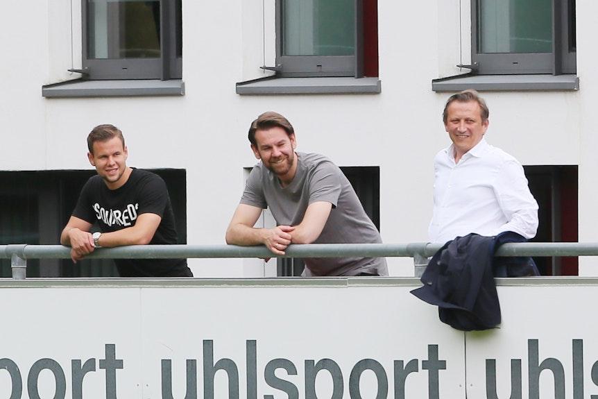 Louis Schaub, Thomas Kessler und Lionel Souque verfolgen das Training des 1. FC Köln.