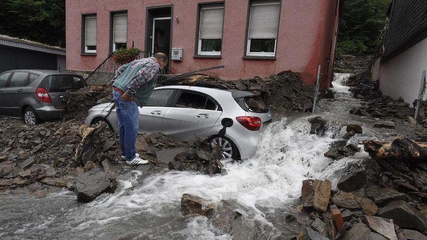 Ein Anwohner schaut sich die Schäden an, die die Überflutung des Nahmerbachs am 14. Juli verursacht hatte.