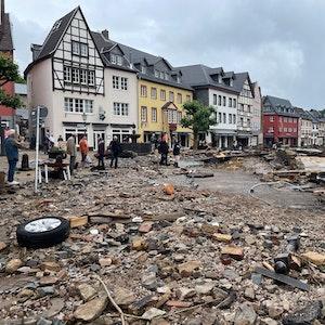 15.07.2021, Nordrhein-Westfalen, Bad Münstereifel: Blick in eine Straße in Bad Münstereifel nach schweren Regenfällen und dem Hochwasser der Erft. Foto: -/B&S/dpa +++ dpa-Bildfunk +++