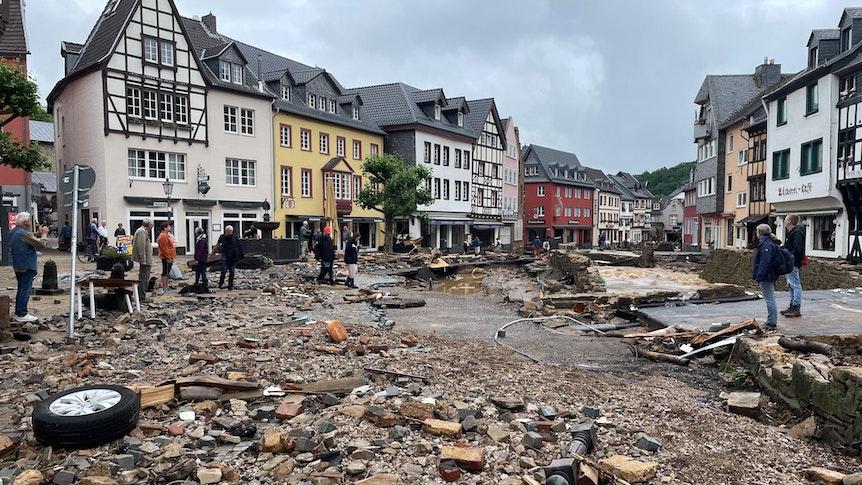Bad Münstereifel: Blick in eine Straße in Bad Münstereifel nach schweren Regenfällen und dem Hochwasser der Erft.