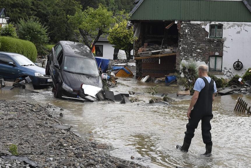 Ein Hagener schaut sich die Autos an, die inmitten der Fluten der Nahma in Nagen stehen. Heftige Regenfälle ließen sie über die Ufer treten.