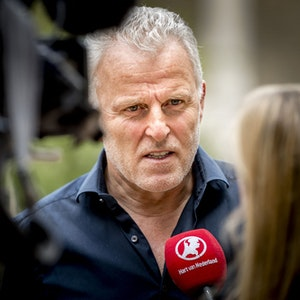 Peter R. de Vries (Archivfoto vom Mai 2017) war ein prominenter Crime-Reporter in den Niederlanden. Das Foto zeigt ihn bei einem Interview. Er starb an seinen schweren Verletzungen.