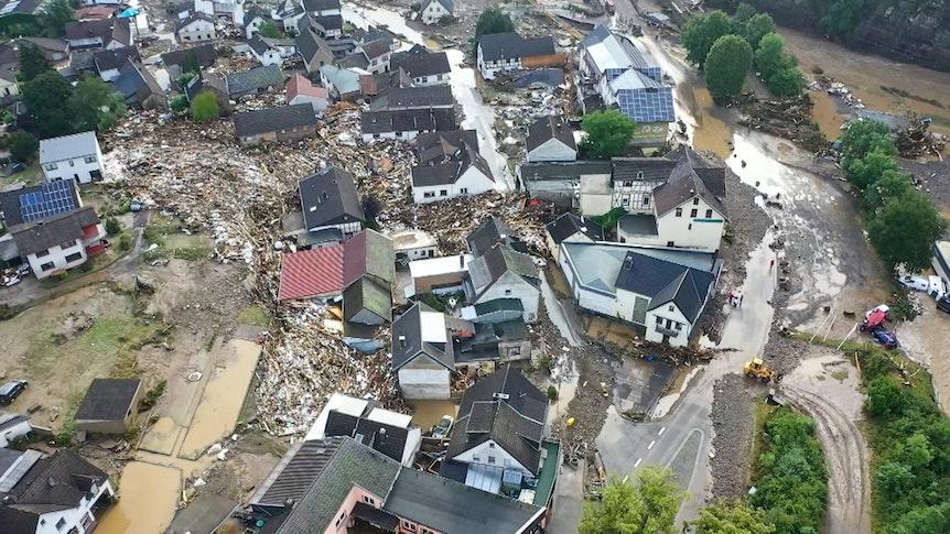 Die mit einer Drohne gefertigte Aufnahme zeigt die Verwüstungen die das Hochwasser der Ahr in dem Eifel-Ort angerichtet hat. In Schuld bei Adenau waren den Angaben zufolge in der Nacht zum Donnerstag sechs Häuser eingestürzt. Derzeit würden dort knapp 70 Menschen vermisst. +++ dpa-Bildfunk +++
