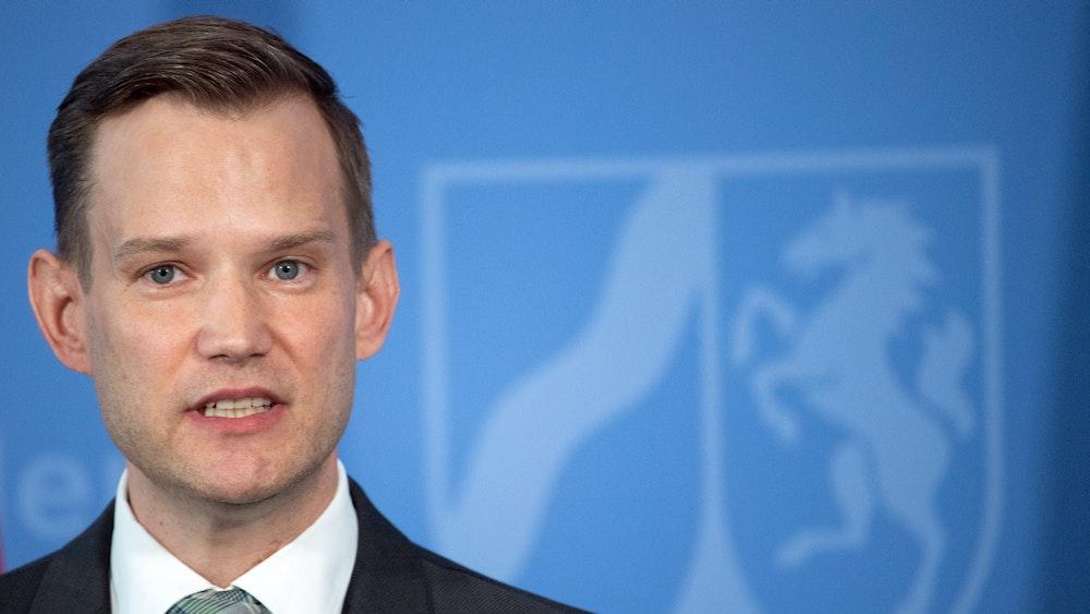 Hendrik Streeck, Direktor des Institut für Virologie an der Uniklinik in Bonn, spricht während einer Pressekonferenz der Landesregierung.