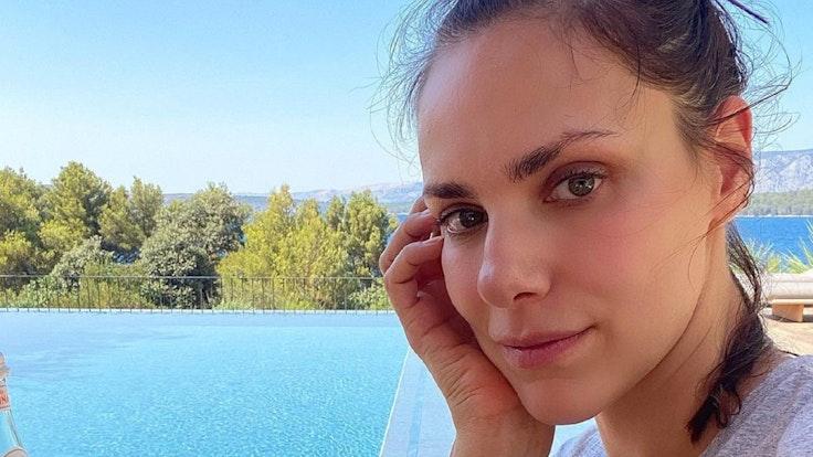 Moderatorin Esther Sedlaczek posiert für ein Selfie